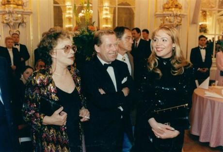 Manželé Havlovi a Jiřina Bohdalová na šestém česko-rakouském bálu ve Španělském sále Pražského hradu, červen 1995. FOTO archiv