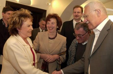 Jiřina Bohdalová a manželé Klausovi na zahájení výstavy malíře Josefa Jíry v městském muzeu v Lomnici nad Popelkou, květen 2003. FOTO archiv