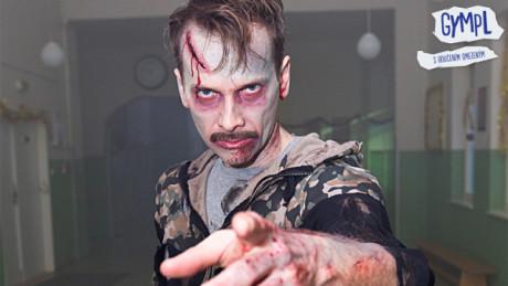 Ředitelka zvedne hlavu, Bachař vstane od stolu... (Jan Révai - zombie). FOTO TV Nova