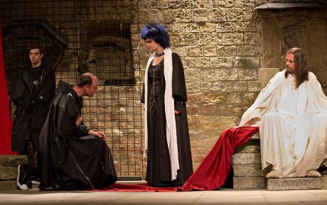 V roli Edwarda (vpravo) s Ivanem Luptákem (Dorset), Karlem Dobrým (Buckingham) a Simonou Postlerovou (Alžběta) v Richardu III. (r. Martin Huba, Letní shakespearovské slavnosti, prem. 26. 6.. 2012). FOTO VIKTOR KRONBAUER