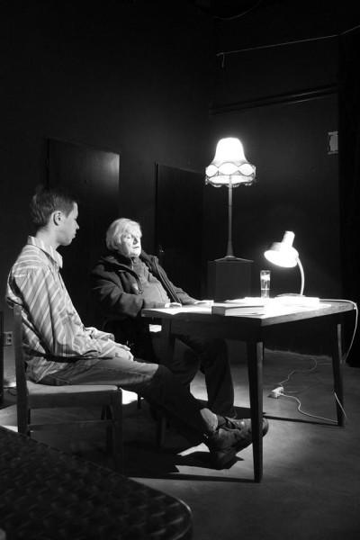 Vešel jsem do šera hracího prostoru. Šéf Jan Krupa mě představil divákům a pak už jsem jen četl a četl. FOTO archiv Divadla Krajiny