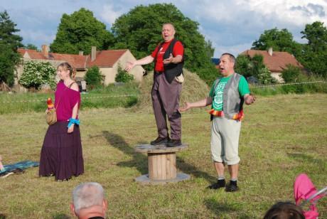 Dva pánové a jedna dáma klaunili ve stylu dávných forbín. FOTO archiv