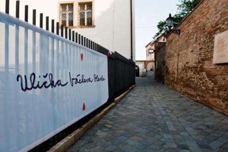 Nenápadná ulice v blízkosti brněnské katedrály Petra a Pavla a Zelného trhu. FOTO archiv ČT