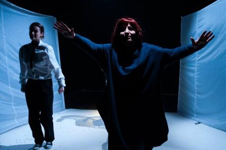 Herečka hrající Mladou Faidru je starší dáma stižená bolestmi svého věku. FOTO Facebook Divadla Krajiny