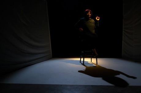 v proudu světla se objevila postava Mladé Faidry sedící s grácií na vysoké židli. FOTO Facebook Divadla Krajiny