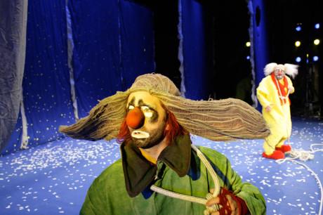 Na krku má smyčku konopného lana (Slava Polunin ve své Sněhové show). FOTO archiv.