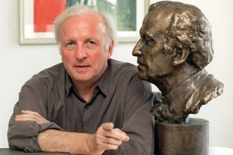 Se svou bustou, již vytvořil v roce 1997 výtvarník  Antonius Kulda pro haburskou Státní operu na počest devítiletého působení v čele jejího orchestru. FOTO archiv