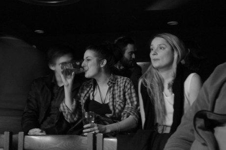 Rozjásaní návštěvníci divadla srkali z misek vábně vonící Jaromírovu polévku. Kousali k ní chleby a pili pivo. FOTO Facebook Palác Prigl