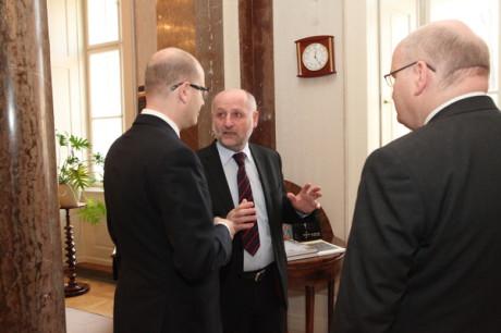 Předseda vlády Bohuslav Sobotka, bývalý ministr kultury Jiří Balvín a nový ministr kultury Daniel Herman. FOTO MK
