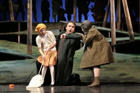Svatopluk Sem (Revírník) s Malou Bystrouškou a Skokánkem v závěru opery. Foto: Hana Smejkalová
