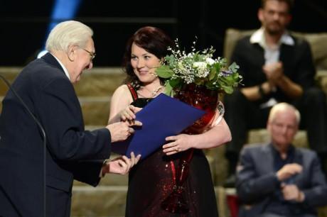Scenárista a herec Gustav Oplustil předal Cenu Thálie v oboru opera Janě Šrejma Kačírkové. FOTO: Michal Kamaryt