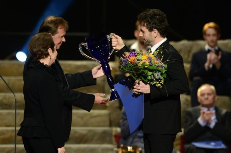 Petr Mikeska (vpravo) převzal z rukou herečky Hany Maciuchové a ředitele České televize Petra Dvořáka Cenu Thálie 2013 v oboru činohra.