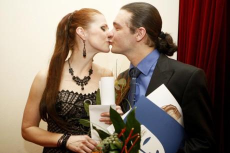 Vítězný polibek nejoblíbenějších pardubických herců roku 2013. FOTO JIŘÍ SEJKORA