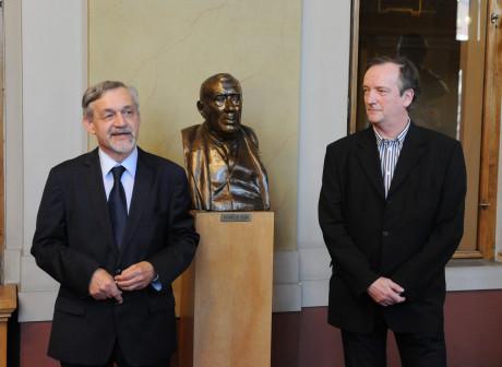Olivera Dohnányiho (vpravo) představil členům orchestru ředitel DJKT Ilja Racek 4. dubna ve foyer Velkého divadla.