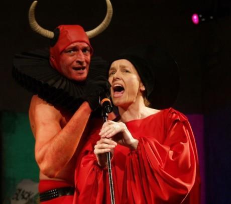 Karel Dobrý a Lucie Trmíková v Kabaretu Shakespeare Studia Damúza. FOTO VOJTĚCH MORAVA