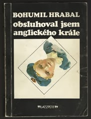 HRABAL, BOHUMIL: OBSLUHOVAL JSEM ANGLICKÉHO KRÁLE. 1. vyd. Praha, Jazzová sekce, 1982. Jazzpetit, č. 19, příloha bulletinu Jazz. 301 s., obálka a typografie JOSKA SKALNÍK.