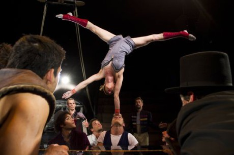 Šest akrobatů, pět hudebníků a jeden splašený klavír - to jsou základy představení Klaxon francouzského souboru Akoreacro. FOTO NIELS BENOIST