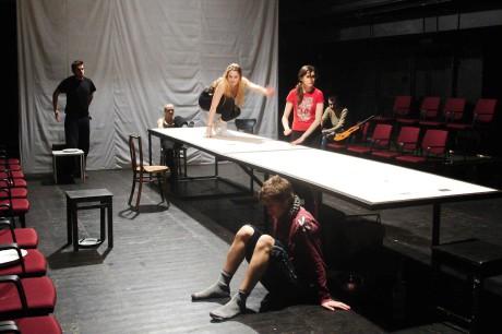 V hracím prostoru Marty velký a dlouhý prkenný stůl. FOTO (ze zkoušky) Facebook