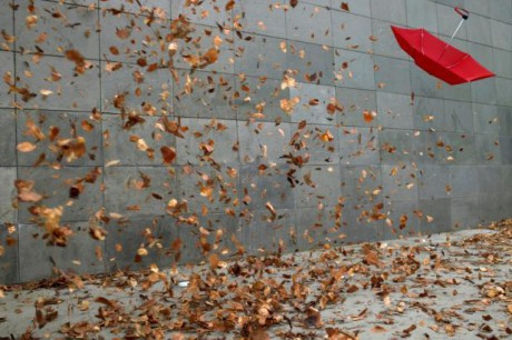Pršet přestalo, jen vítr se valil ulicemi. FOTO MICHAEL BLINN