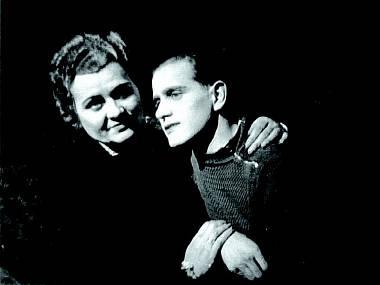 S Marií Šafaříkovou v legendární inscenaci Čapkovy Matky (Slezské divadlo opava, 1945). FOTO archiv SDO