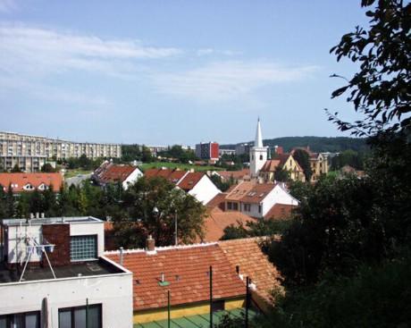 Pohled na komínský kostel i část komínského sídliště. FOTO www.brno-komin.cz .