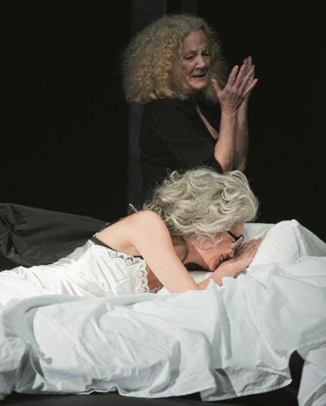 Helena Noguerra  a Catherine Hiegel v inscenaci Žena. FOTO ELISABETH CARECCHIO