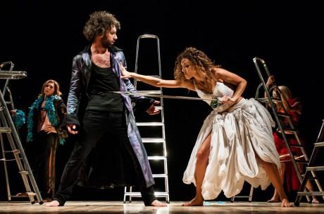 Divák sleduje náročné fyzické divadlo s typickým italským patosem a velkými gesty. FOTO MIRKO TOMMASINO