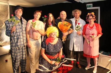 S režisérem (s květinou) po představení. FOTO archiv souboru