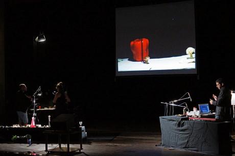 U levého portálu měl svůj pracovní pult zvukař, u pravého portálu vodili na malé točně dva performeři loutky a různé předměty. FOTO archiv LCH