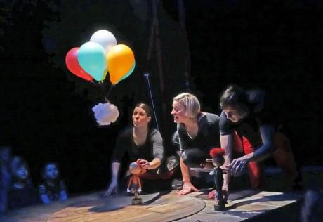 Dvouletým divákům se velmi líbil beránek (trochu připomínal ovečku Shaun), nafukovací balonek měnící barvy i Diana Čičmanová, která musela veškerou komunikaci obstarat bezeslovně. FOTO archiv NDL