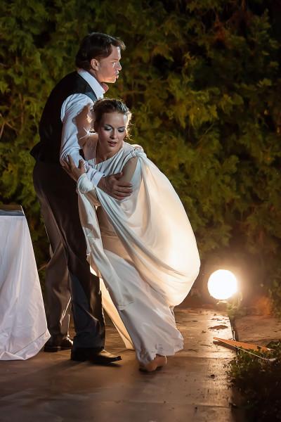 Prince (Aleš Briscein) mrazí Rusalčina (Alžběta Poláčková) ramena. Foto Michal Siroň.