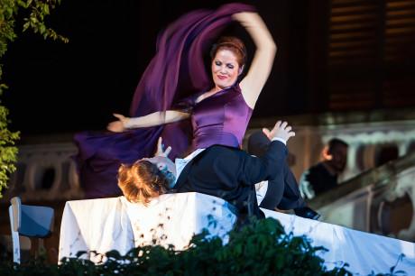 Zároveň smyslná Cizí knžna (Jolana Fogašová), která snadno svedla slabošského Prince (Aleš Briscein). Foto Michal Siroň.