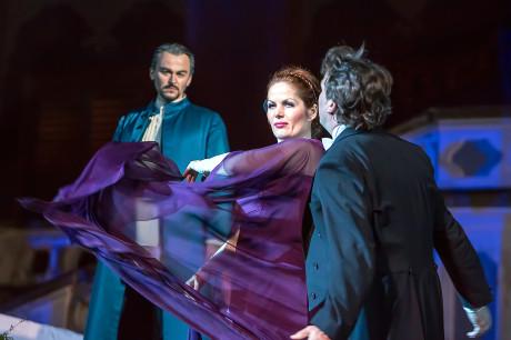 Cizí kněžna (Jolana Fogašová) opouští poblázněného Prince (Aleš Briscein), Vodník (Štefan Kocán) už jen smutně přihlíží. Foto Michal Siroň.