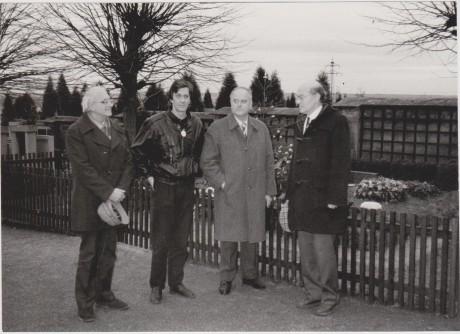 Vlevo coby Správní ředitel ND spolu s Borisem Rösnerem a Ivo Žídkem u hrobu T. G. Masaryka v roce 1990. FOTO rodinný archiv