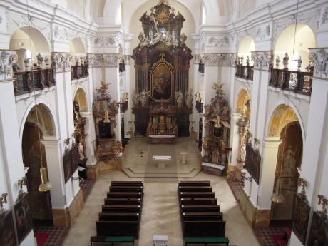 Svaté místo dýchalo věčným chladem, tichem a přítmím. FOTO Noc kostelů