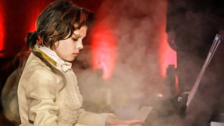 Jen malý Mozart stále trápil klávesy černého pianina. FOTO archiv