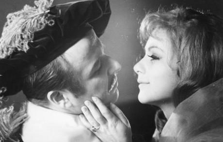 S Bibianovu Šimonovou (Roxana) v roli Kristiána v Cyranovi z Bergeracu (1968). FOTO LEOPOLD HERRMANN