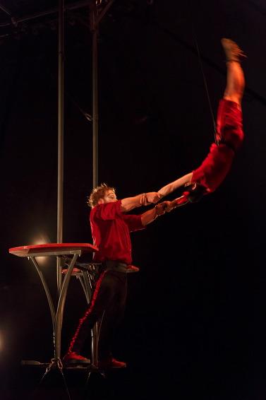 Trapézistka Titoune a silák Bonaventure Gacon se zaměřují na fyzické disciplíny a nabízí náročná akrobatická čísla. FOTO archiv