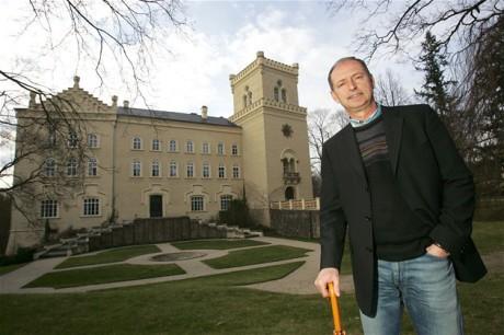 Současný majitel zámku, pohledný pan ing. Vladimír Lažanský, nám prodal vstupenky a doporučil, abychom nejdříve navštívili zámecký pivovar. FOTO VÁCLAV ŠLAUF