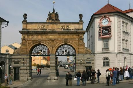 Historická vstupní brána Prazdroje byla postavena v roce 1892, tedy k 50. výročí povivaru. FOTO archiv