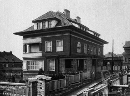 Rodinný dvojdomek na Královských Vinohradech obývali bratři Čapkové od počátku dvacátých let. FOTO archiv