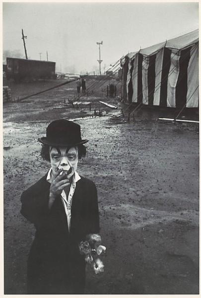 Bruce Davidson: Klaun a cirkusový stan, 1958. Repro archiv