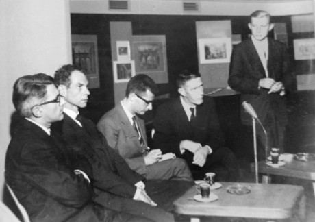 Zleva R. Rauschenberg, M. Cunningham, F. Fröhlich, J. Cage, V. Lébl, Divadlo hudby Praha, 1964. Repro archiv (z pozůstalosti V. Lébla)