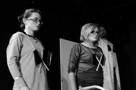 Zacházet na veřejnosti se svým tělem – ať už jakkoli – přináší mnoho úskalí ( Zdeňka Brychtová, Lenka Chadimová v představení Divadla Kámen Mamut mamut, 2014). FOTO archiv Divadla Kámen