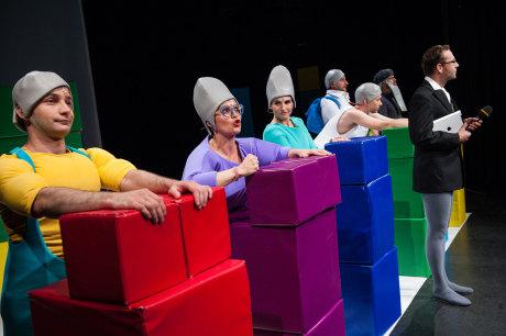Šestice podivných jedinců, připomínajících snad červy (neatraktivní kukly na hlavách dělají ze sympatických protagonistů bytosti bez šarmu) rozebírá stavebnici z větších a menších kostek. FOTO archiv Divadla Minor