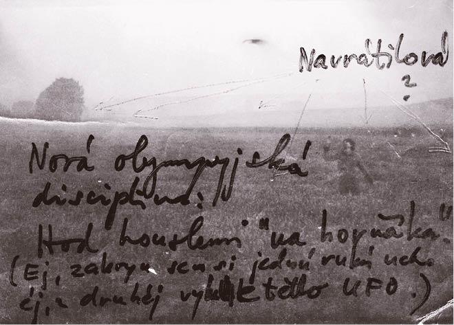 S Mertou jsme zlobili – tady po sobě hážeme houslemi v obilí za ranní tmy u Bzence, 1980 FOTO ARCHIV AUTORA