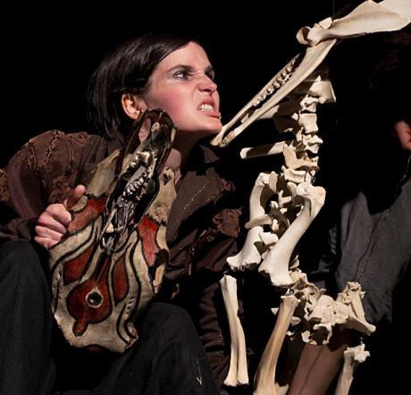 La Loba, mytologická pouť ženy-vlčice krajinou, v níž vdechuje život nalezeným kostem. FOTO archiv