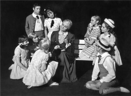 V roli babičky z baletu Z pohádky do pohádky (r. Jiří Němeček, prem 20. 12. 1968, ND Praha). Repro archiv ND
