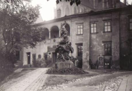 Brno Biskupský dvůr - Fotografie Merkurovy kašny z první pol. 20.století (soukr.sbírka IvoR)