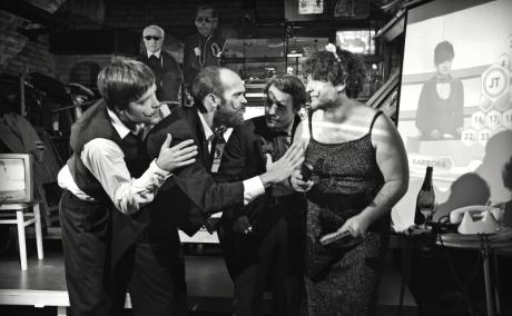 Z popelnice se jako vypasené žížaly soukali černě odění aktéři. FOTO archiv DHnP